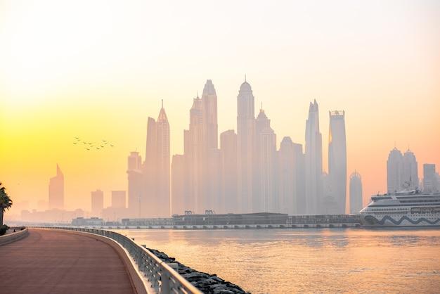 Panorama mattutino del porto turistico di dubai all'alba