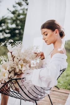 Preparazione mattutina della futura sposa della giovane donna
