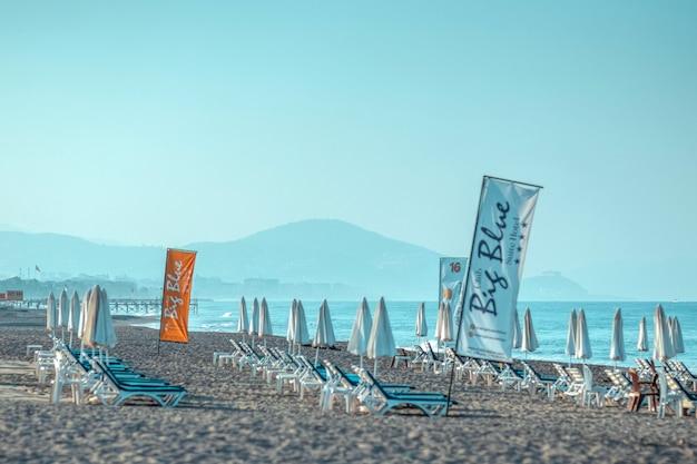 Mare mattutino, spiaggia, lettini vuoti per i vacanzieri. concetto di viaggio, riposo, relax.