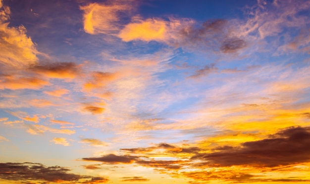 Priorità bassa del cielo di mattina con alba colorata arancione e nuvole soffici