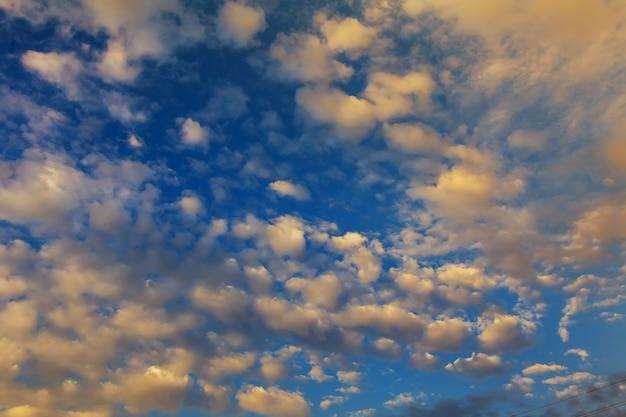 Il cielo mattutino all'alba nuvola del cielo mattutino