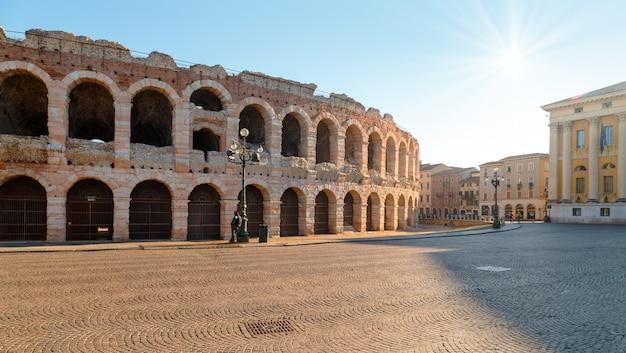Mattina per le strade di verona vicino al colosseo arena di verona. italia.