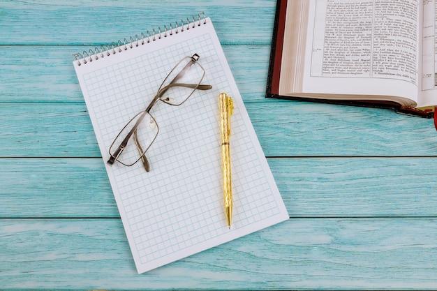 Studio mattutino con tavolo scrivania aperto la sacra bibbia da vicino il tempo di preghiera