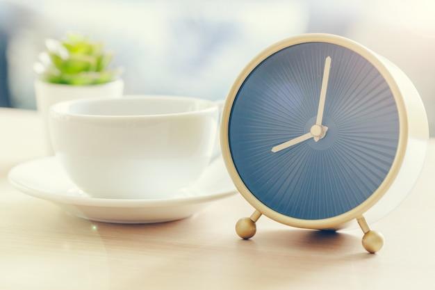 Sole mattutino. sveglia su un bellissimo