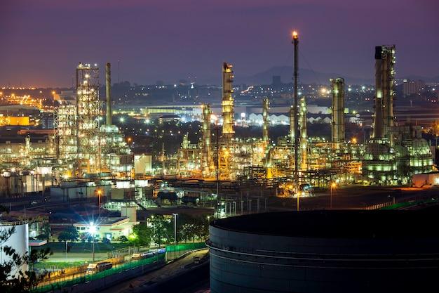 Sole mattutino scena arancione della raffineria di petrolio e olio della colonna della torre dell'industria petrolchimica nell'albero di montagna