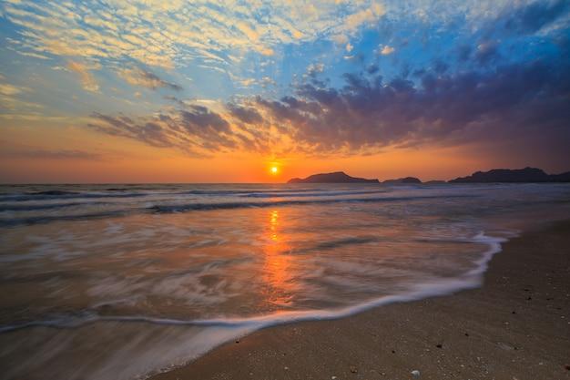 L'alba del mattino in mare