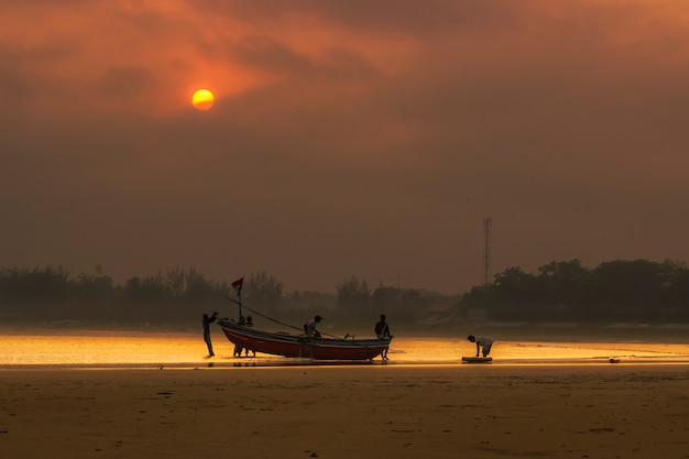 Vista la mattina di pescatori su barche a bengkulu, indonesia