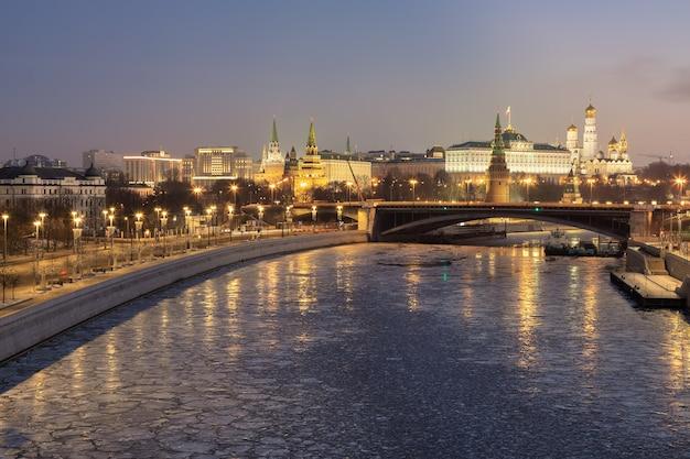 Vista la mattina del cremlino e il fiume di mosca mosca russia