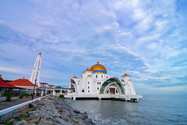 Vista la mattina alla moschea dello stretto di malacca (masjid selat melaka), è una moschea situata sull'isola artificiale di malacca vicino alla città di malacca, malesia