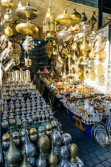 Bollitori marocchini in ferro arabo per il tè marocchino sul mercato nella medina di marrakech marocco