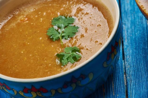 Cucina marocchina, zuppa di lenticchie rosse di carote, piatti tradizionali marocchini assortiti, vista dall'alto.