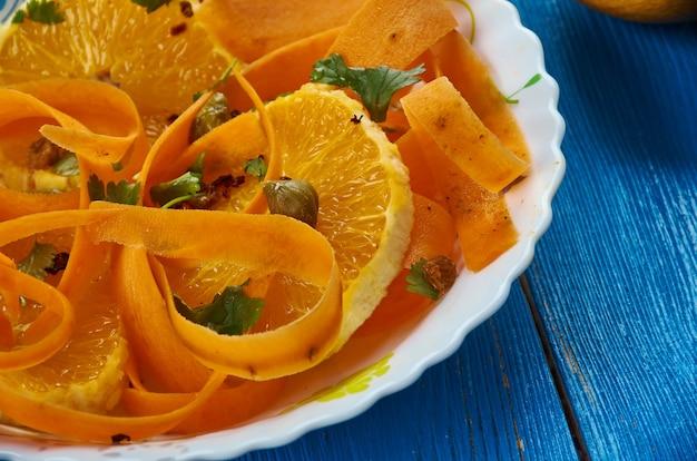 Cucina marocchina, insalata di carote con arance e datteri medjool, piatti tradizionali marocchini assortiti, vista dall'alto.