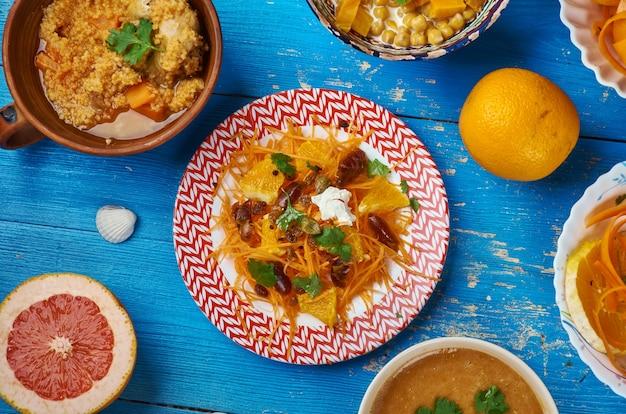 Cucina marocchina, insalata di carote con limone piccante, piatti tradizionali marocchini assortiti, vista dall'alto.