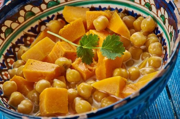 Cucina marocchina, tagine di ceci e zucca, piatti tradizionali marocchini assortiti, vista dall'alto.