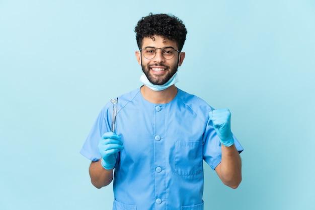 Uomo marocchino dentista che tiene strumenti isolati