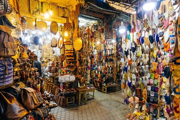 Souvenir marocchini orientali e prodotti sul mercato nella medina di marrakech marocco