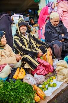 Città blu del marocco chefchaouene, strade dei mercati dipinte di blu. molti mercanti nelle bellissime strade di chefchaouen. una magica città da favola dai colori celesti. marocco, chefchaouen 14 dicembre 2017