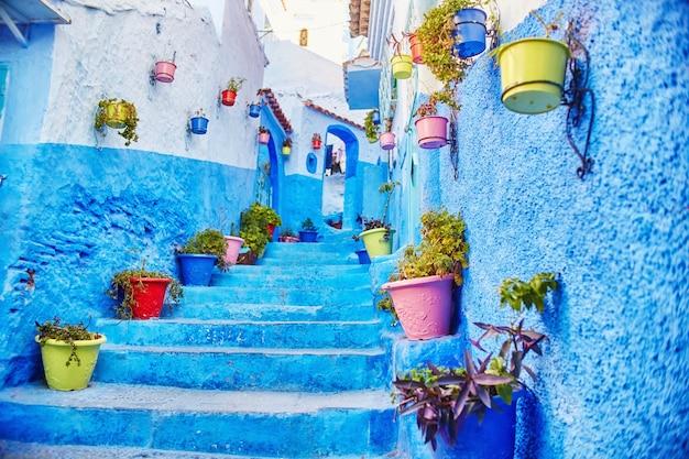 Il marocco è la città blu di chefchaouen, strade infinite dipinte di blu. tanti fiori e souvenir nelle bellissime strade di chefchaouen. una magica città da favola dai colori celesti