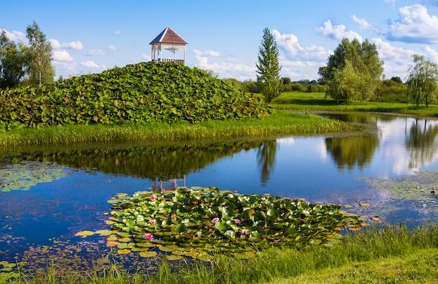Mosar, bielorussia - 17 agosto 2018: bellissimo parco con sculture vicino alla chiesa di sant'anna a mosar, in bielorussia, il sito della missione dei gesuiti