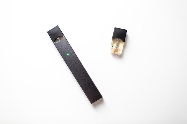 Mosca - 26 giugno 2020: stick e baccelli di vapore di nicotina per sigaretta elettronica juul.