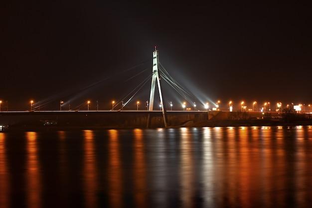 Ponte di mosca a kiev di notte. skyline della città di kiev