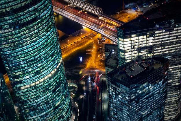 Vista di notte del distretto aziendale della città di mosca dalla piattaforma di osservazione