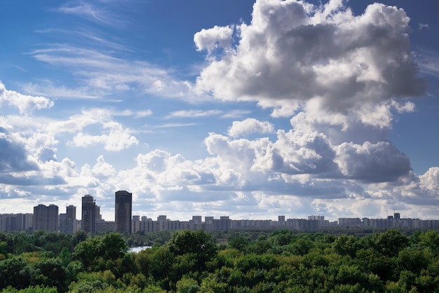 Panorama del paesaggio della città di mosca all'alba rossa
