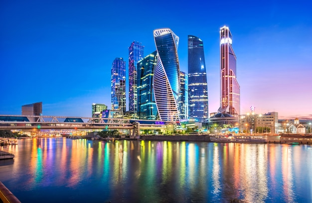 Grattacieli della città di mosca e riflessione nel fiume di mosca