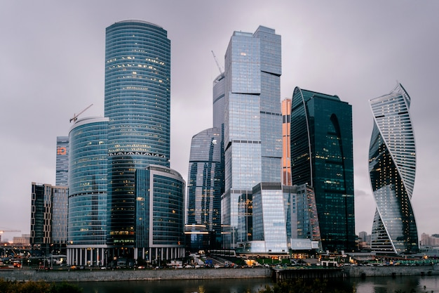 Torri della città di mosca nella notte. edifici commerciali. vista della città. famoso luogo turistico in russia. skycrappers di archirecture.