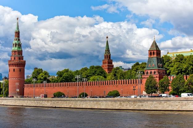 Vista della città di mosca con le torri e la parete rosse del cremlino