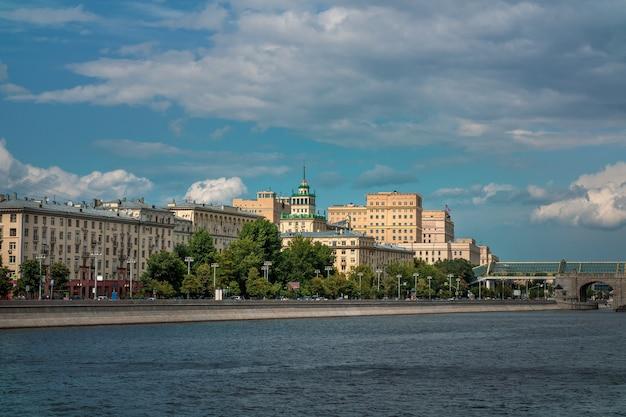 Argine di mosca frunzenskaya, vecchi edifici di architettura sovietica.