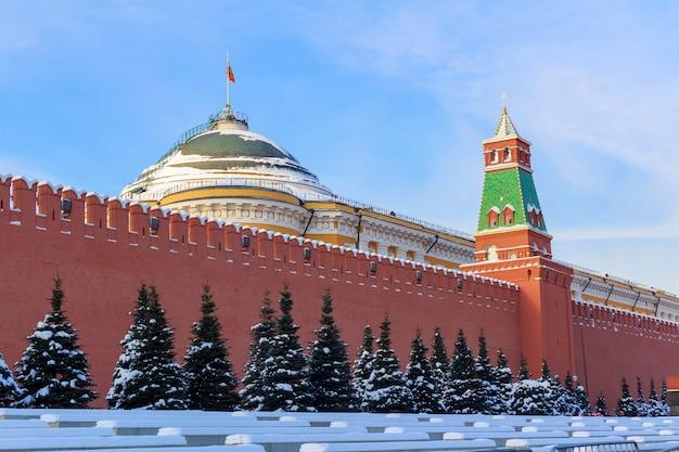 Cremlino di mosca contro il cielo blu in inverno Foto Premium