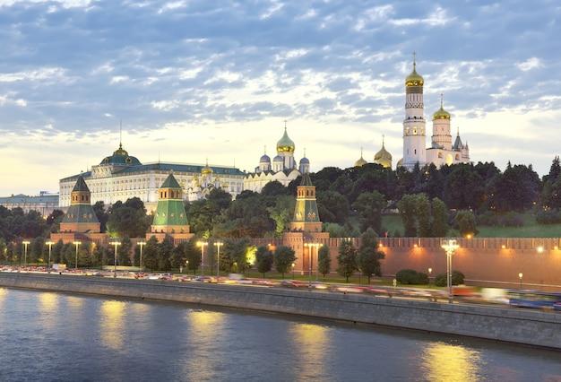 Cremlino di mosca nelle luci della sera fortezze medievali mura alte torri cattedrali