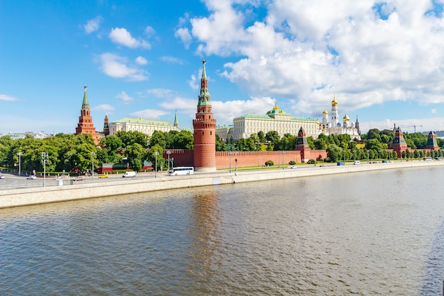 Il cremlino di mosca e il fiume moscova al mattino di sole estivo contro il cielo blu con nuvole bianche