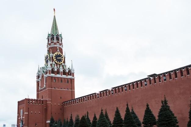 Cremlino di mosca, torre dell'orologio spasskaya, piazza rossa