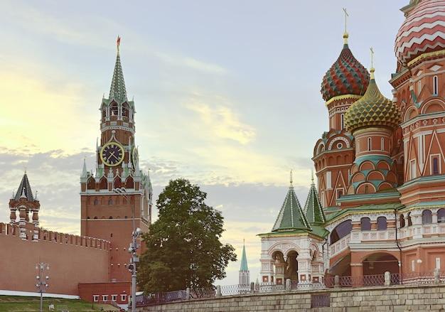 Cremlino di mosca e cattedrale di san basilio sulla torre spasskaya della piazza rossa