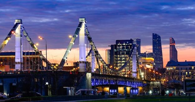 Il ponte krymsky di mosca o il ponte di crimea di notte è un ponte sospeso in acciaio a mosca, russia