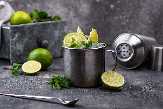 Cocktail del mulo di mosca in tazza con lime e menta