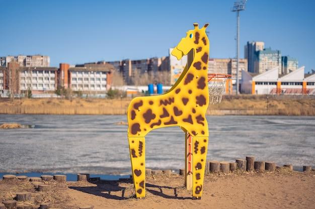 Parco giochi di mosca, russia - 18 aprile 2021. canestro da basket a forma di giraffa. elemento per giochi nel parco giochi per bambini