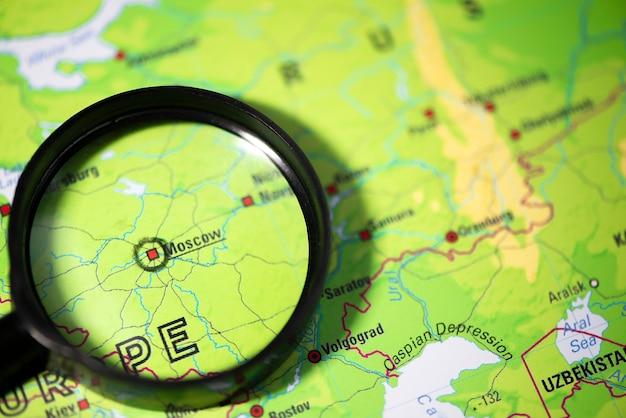 Macro di messa a fuoco isolata mosca russia sulla mappa del globo per blog di viaggio, social media, banner di siti web e superfici