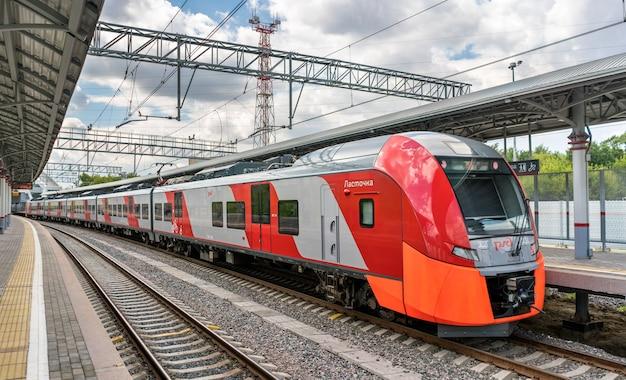 Mosca, russia - 25 luglio 2017: treno presso la linea moscow central circle. inaugurata nel 2016, è diventata la 14a linea del sistema di trasporto rapido di mosca