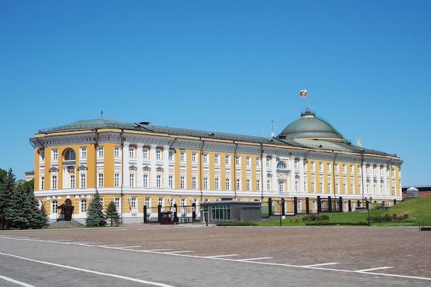Mosca, russia - 5 giugno 2021: il palazzo del senato sul territorio del cremlino di mosca in russia. residenza del presidente della russia