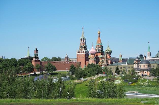 Mosca, russia - 5 giugno 2021: vista del cremlino di mosca dal parco zaryadye