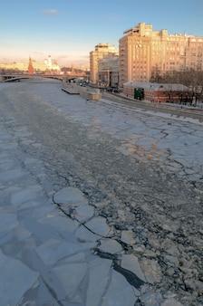 Mosca, russia . una vista sul cremlino e sul fiume mosca durante la soleggiata giornata invernale.