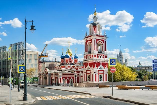 Mosca. chiesa di san giorgio su varvarka street e grattacielo sull'argine di kotelnicheskaya
