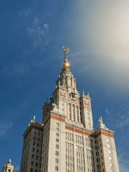 Torre dell'università di mosca al sole