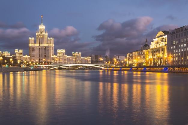 Vista di notte del fiume di moskva con le costruzioni storiche e il cielo nuvoloso
