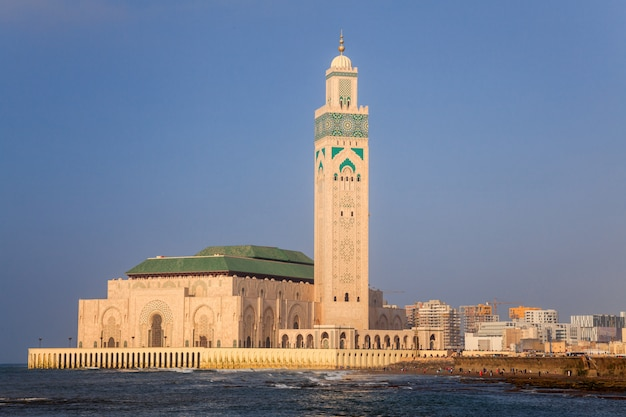 Moschea di hassan ii e il mare a casablanca, marocco