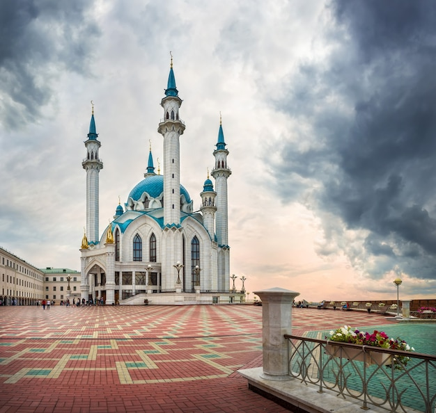 Moschea kazan cremlino kul sharif sotto le nuvole scure