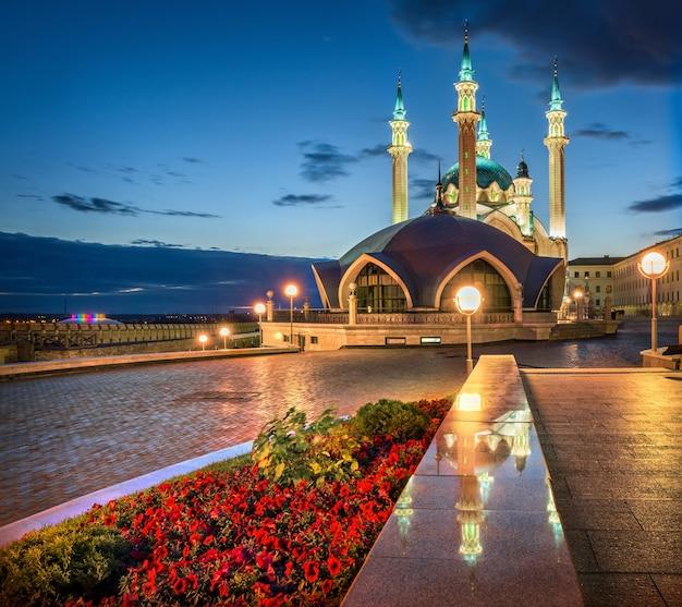 Moschea del cremlino di kazan kul sharif di notte